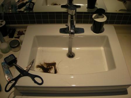 Kjøkkensaksa og håret