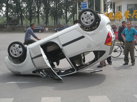 En bil som ligger på taket