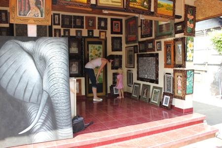 Jeg og frøken titter på kunst på Bali